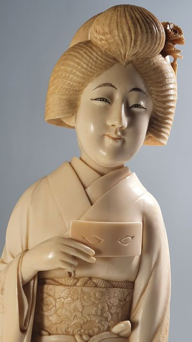 Okimono - Elephant ivory - Geisha - Signed Kiyomichi (or Seidō) 清道 - Japan - Meiji period (1868-1912)