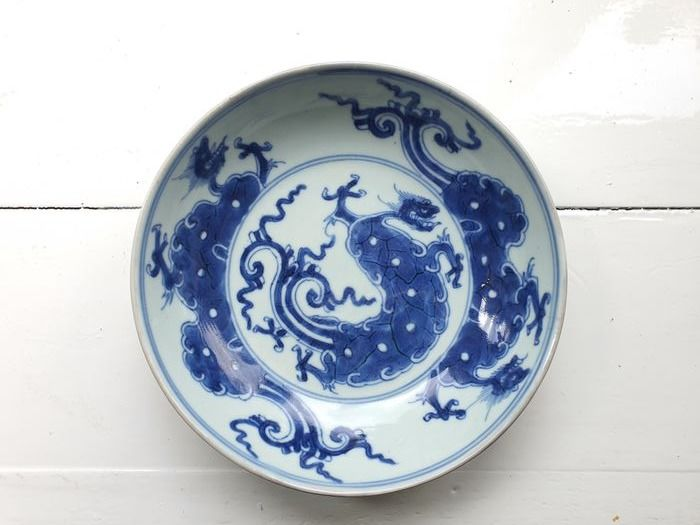 A Fine Blue and White Plate with Dragons - Porcelain - China - Kangxi (1662-1722)