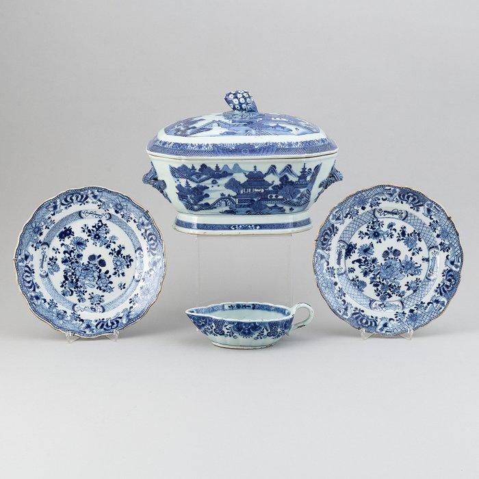 Plates, Saucer, Tureen (4) - Porcelain - China - Qianlong (1736-1795)