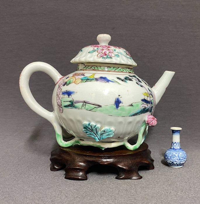 Teapot - Famille rose - Porcelain - Chinese - Rare - Chrysanthemum shaped - Scholars, walled cities, houses and pagodas - China - Yongzheng (1723-1735)