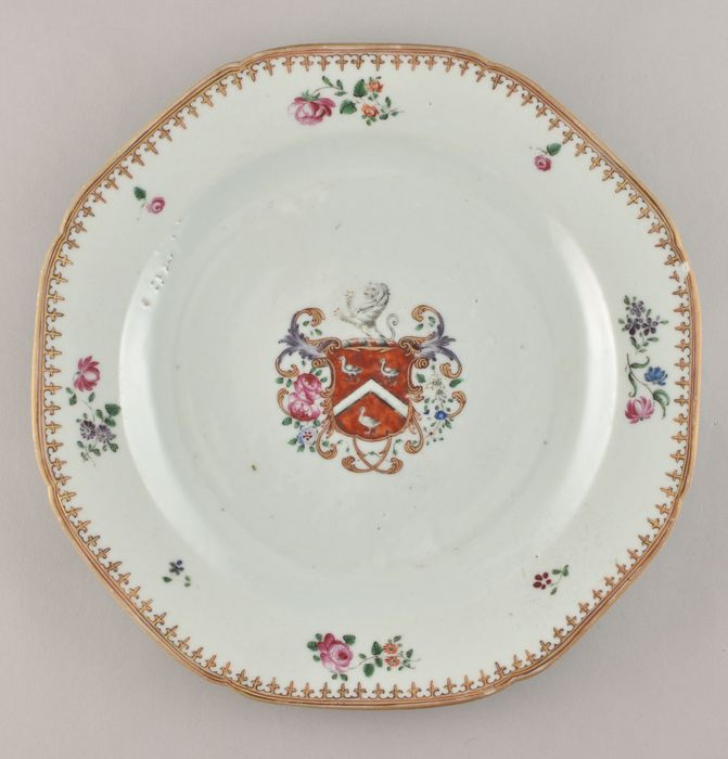 A CHINESE ARMORIAL PLATE FOR THE ENGLIS MARKET (SAYER) - Porcelain - China - Qianlong (1736-1795)