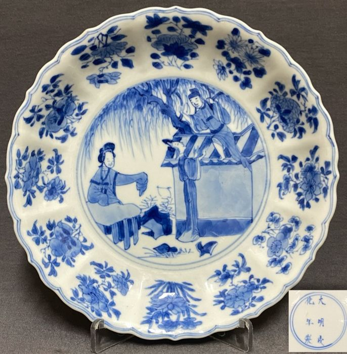 """Saucer - Porcelain - Chinese - Magnificent - Lobed - """"Romance of the Western Chamber"""" - Chenghua six character mark - China - Kangxi (1662-1722)"""
