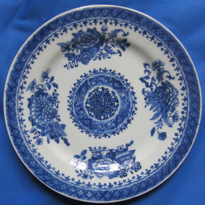 Beautifully painted plate (1) - Porcelain - China - 18th century