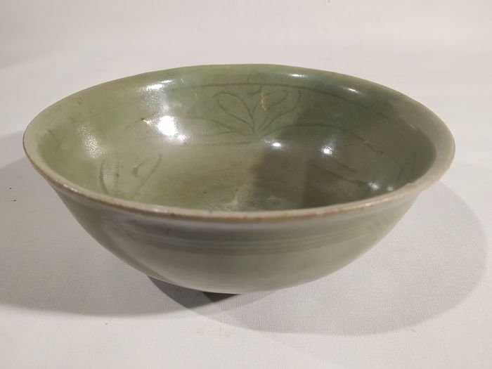 Bowl - Celadon - Earthenware - Flowers, Lotus - A LONGQUAN CELADON GLAZED BOWL - China - Yuan Dynasty (1279-1368)