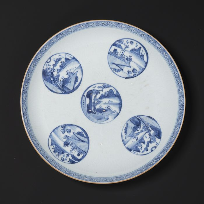 Dish - Cobalt blue - Porcelain - Scholar - A LARGE BLUE AND WHITE ANHUA 'SCHOLAR' DISH - China - Kangxi (1662-1722)