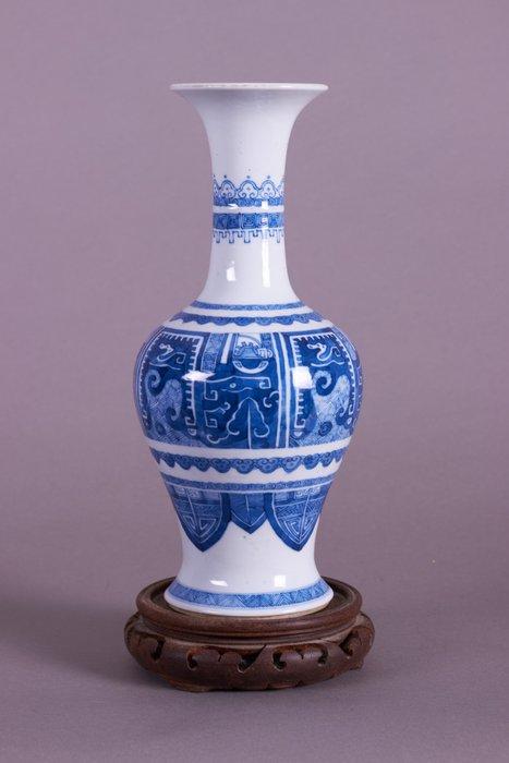 Mallet vase - Blue and white - Porcelain - ARCHAIC MALLET STYLE BLUE AND WHITE VASE - China - 19th century