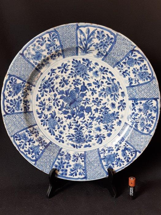 Large Kangxi charger (1) - Porcelain - China - 17th century