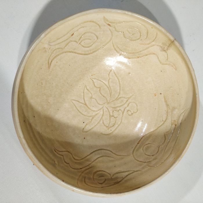Bowl - Stoneware - A CREAM COLORED SONG BOWL WITH BIRDS MOTIVES - China - Northern Song (960-1127)