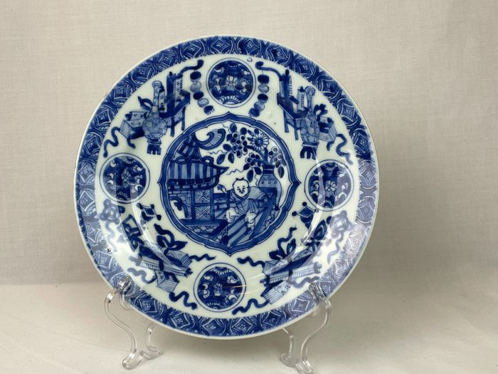 Plate (1) - Blue and white - Porcelain - Child - Kangxi-dynastie - China - 17th century