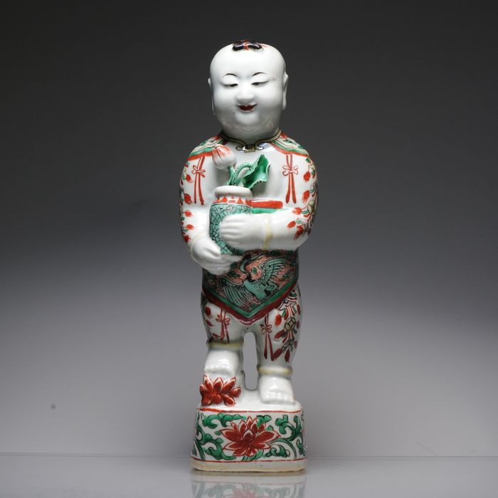 Statue - Famille verte - Porcelain - Statue of a Standing Boy - China - Kangxi (1662-1722)