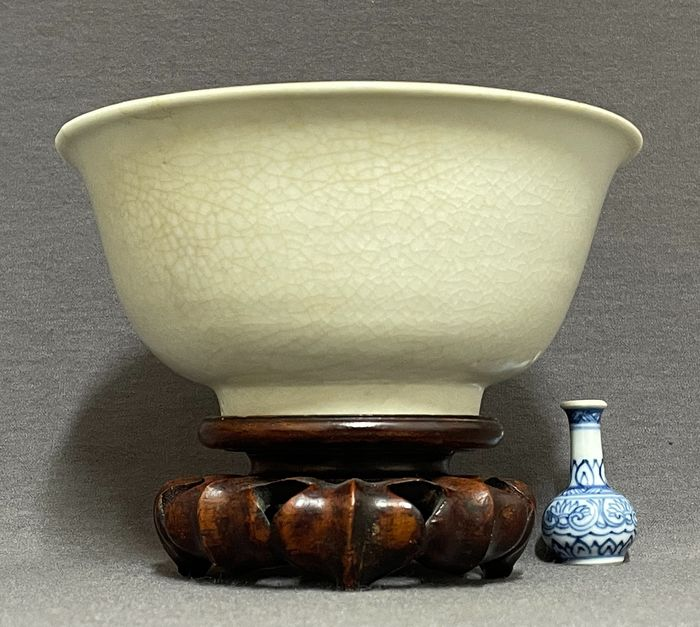 Bowl - Porcelain - Chinese - Yingqing bowl - Creamy fine crackled glaze - China - Southern Song (1127-1279)