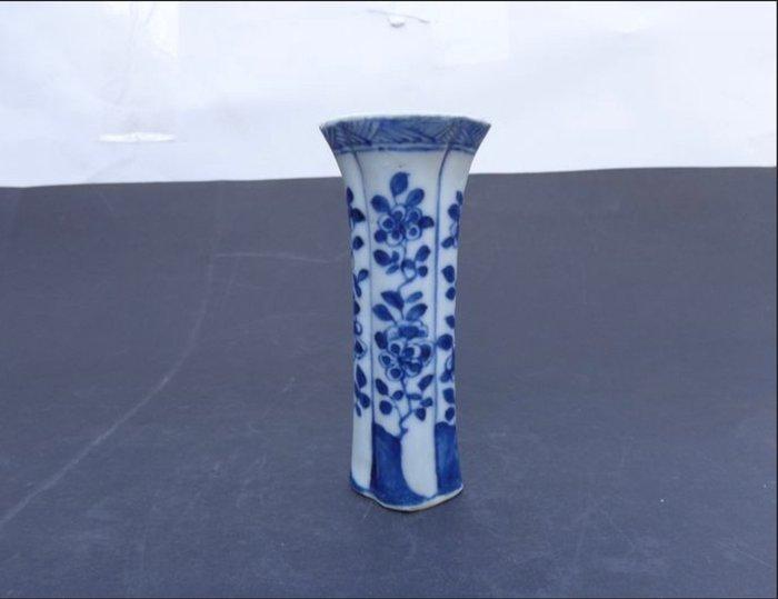 Vase (1) - Blue and white - Porcelain - Flowers - China - Kangxi (1662-1722)