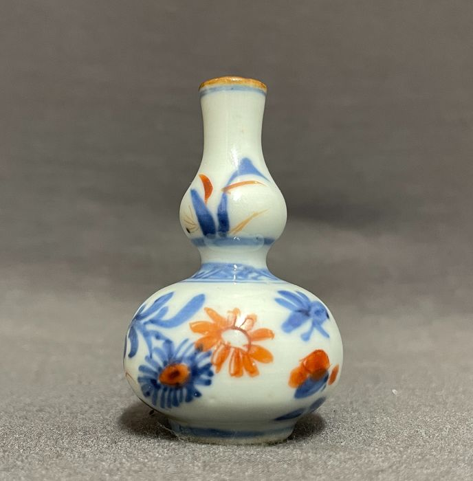 Vase - Porcelain - Chinese - Double gourd vase - Chrysanthemums on rocks - Grasses and insects - Red and gold - Mint - China - Kangxi (1662-1722)