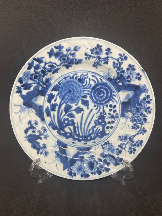 Plate (1) - Porcelain - Beautifully moulded Kangxi plate - China - Kangxi (1662-1722)