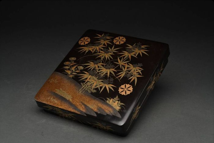 Suzuri-bako - Gold, Lacquer, Silver, Wood - Very fine maki-e design of gentiana and samurai clan mons, ume, - Japan - Meiji period (1868-1912)
