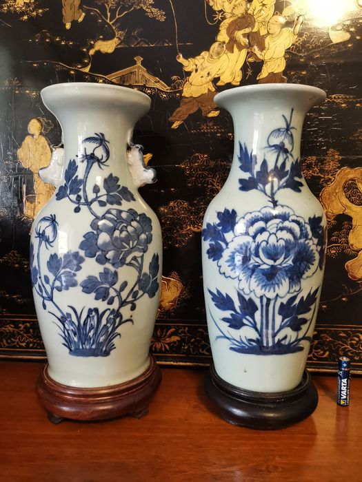 Vases (3) - Blue and white, Celadon - Porcelain, Wood - Flowers - China - Qing Dynasty (1644-1911)