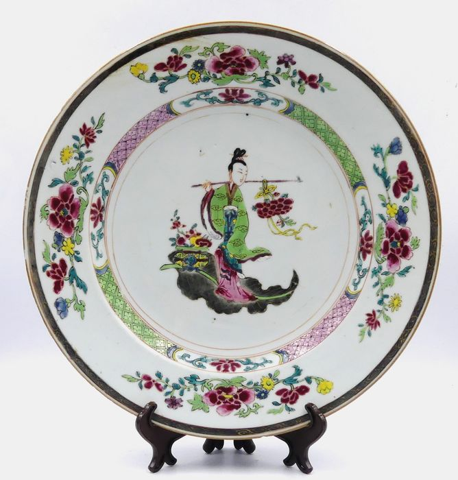 Famille rose plate with a woman's decor on a leaf - Porcelain - China - 18th century