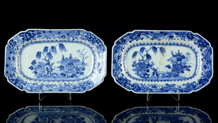 A pair of Chinese octagonal platters (2) - Blue and white - Porcelain - Willow tree, peonias, rock, precious objects, butterflies - China - Qianlong (1736-1795)