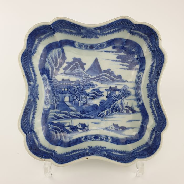 Dish (1) - Blue and white - Porcelain - Flowers, Temple - Wonderful 18th Century Chinese Bowl - China - 18th century