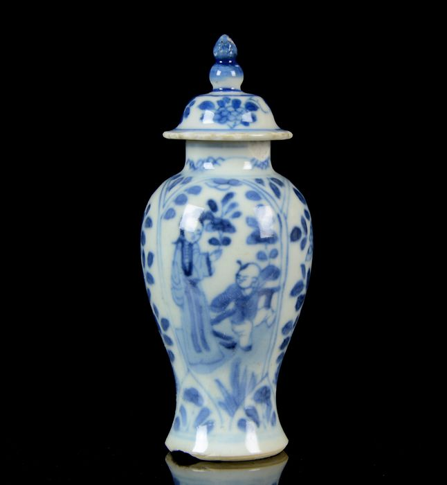"""A miniature Chinese baluster vase and cover - Blue and white - Porcelain - """"Long Eliza"""" - China - Kangxi (1662-1722)"""