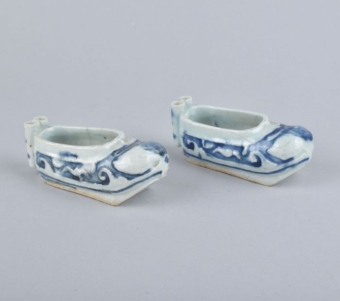 A pair of Chinese brushwashers in the form of shoes (1) - Porcelain - China - 18th century
