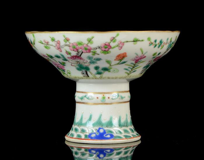 A Chinese high-foot bowl - Famille rose - Porcelain - Flowering plants, peaches, grass - NO RESERVE PRICE - China - Tongzhi (1862-1874)