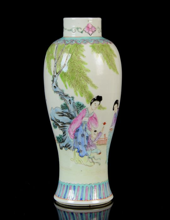 A Chinese baluster vase - Famille rose - Porcelain - Flowering plants, peaches, grass - NO RESERVE PRICE - China - Tongzhi (1862-1874)
