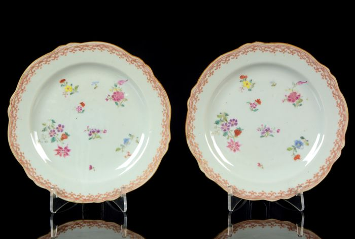 Plates (2) - Famille rose - Porcelain - Sprays of flowers - A pair of Chinese lobbed plates - China - Qianlong (1736-1795)