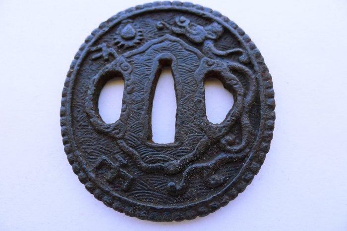 Japanese daito dragon motif nanban tsuba - Cast iron - Japan - Edo Period (1600-1868)