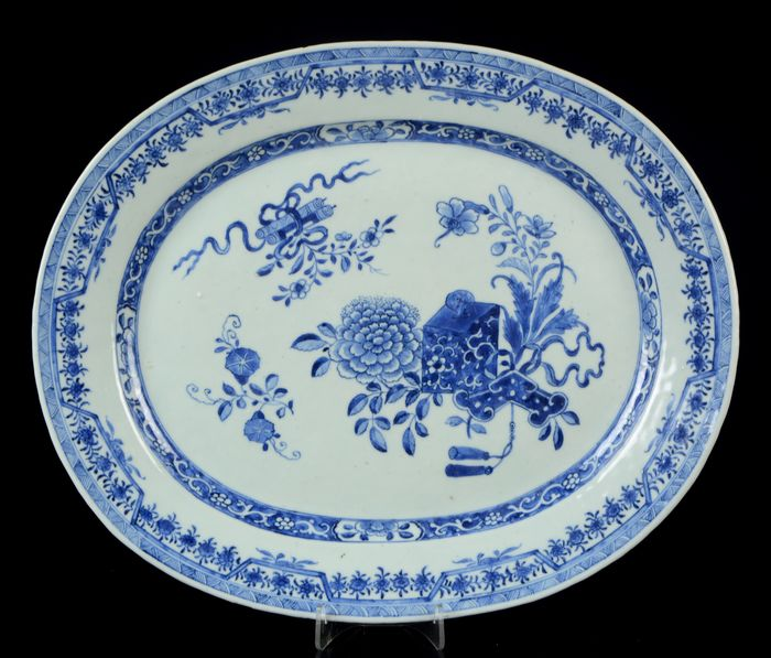 Large (40,5 cm) oval platter - Blue and white - Porcelain - Flower sprays and scholar objects - China - Qianlong (1736-1795)