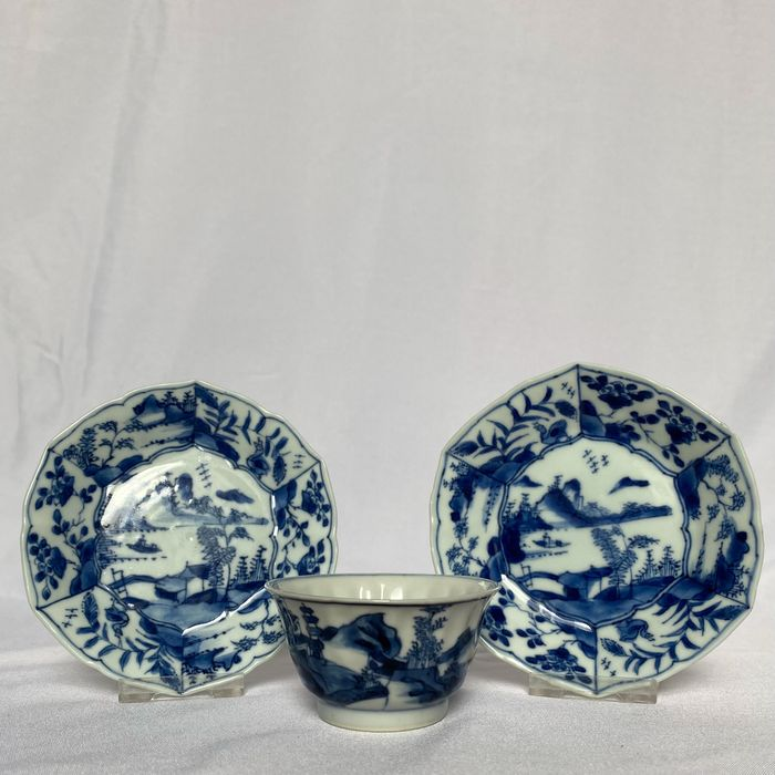 cup & two saucers - Porcelain - China - Kangxi (1662-1722)