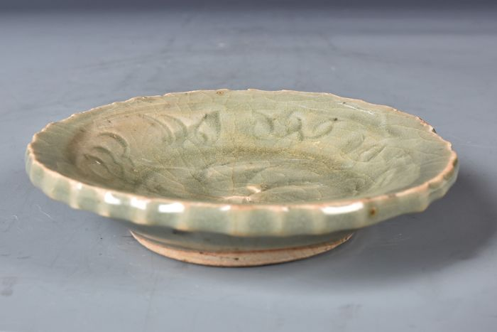 Dish, Plate (1) - Celadon, Longquan - Porcelain - Flowers - China - Ming Dynasty (1368-1644)