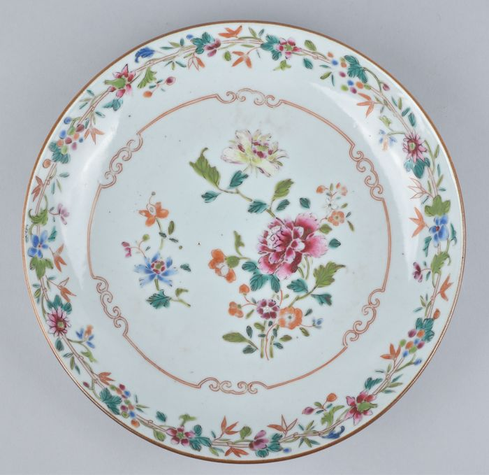 A CHINESE FAMILLE ROSE DISH DECORATED WITH FLOWERS - Porcelain - China - Qianlong (1736-1795)
