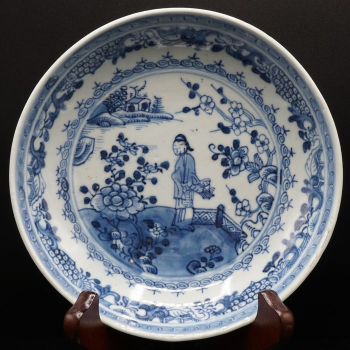 Dish - Blue and white - Porcelain - A BLUE AND WHITE DISH WITH LANDSCAPE SCENE - China - Qianlong (1736-1795)