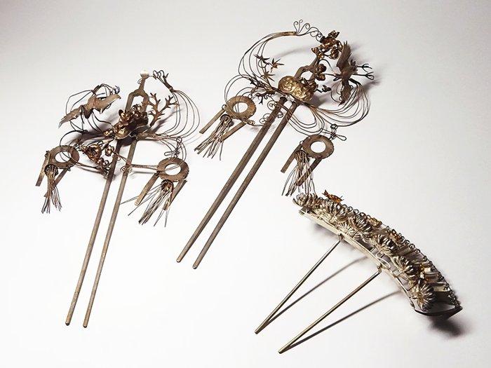 Kanzashi hairpins (3) - Coral, Gilt, Silver, Silver inlay, mixed metal - Luxury set of 3 kanzashi hairpins - including original tomobako - Japan - Late Edo period