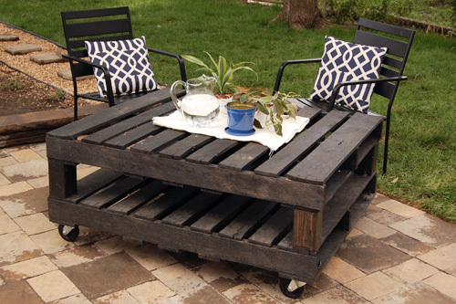 rolling patio table pallet project idea