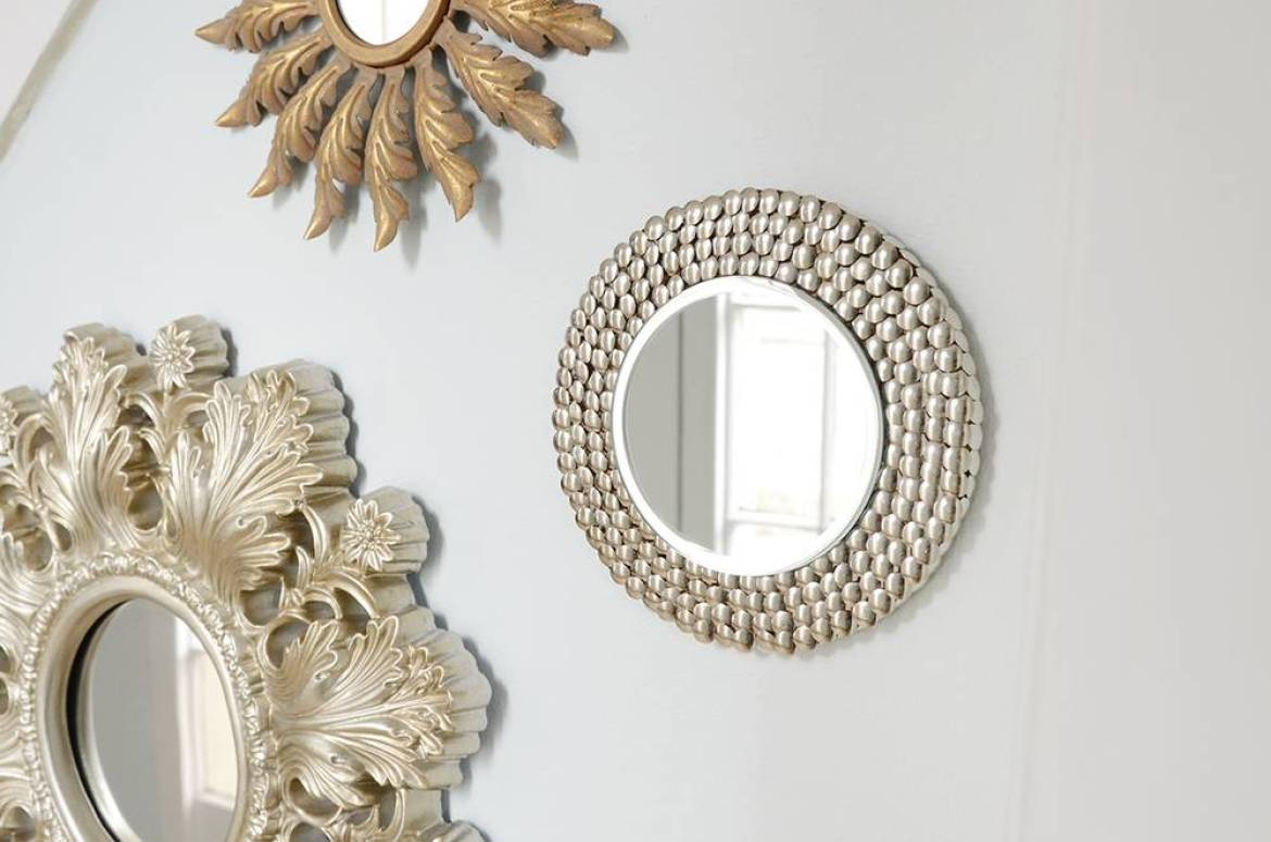 Thumb tack mirror - glamorous and  simple