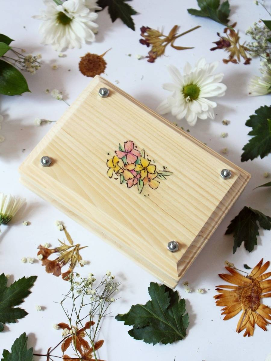 DIY this flower press to keep and collect springtime flowers