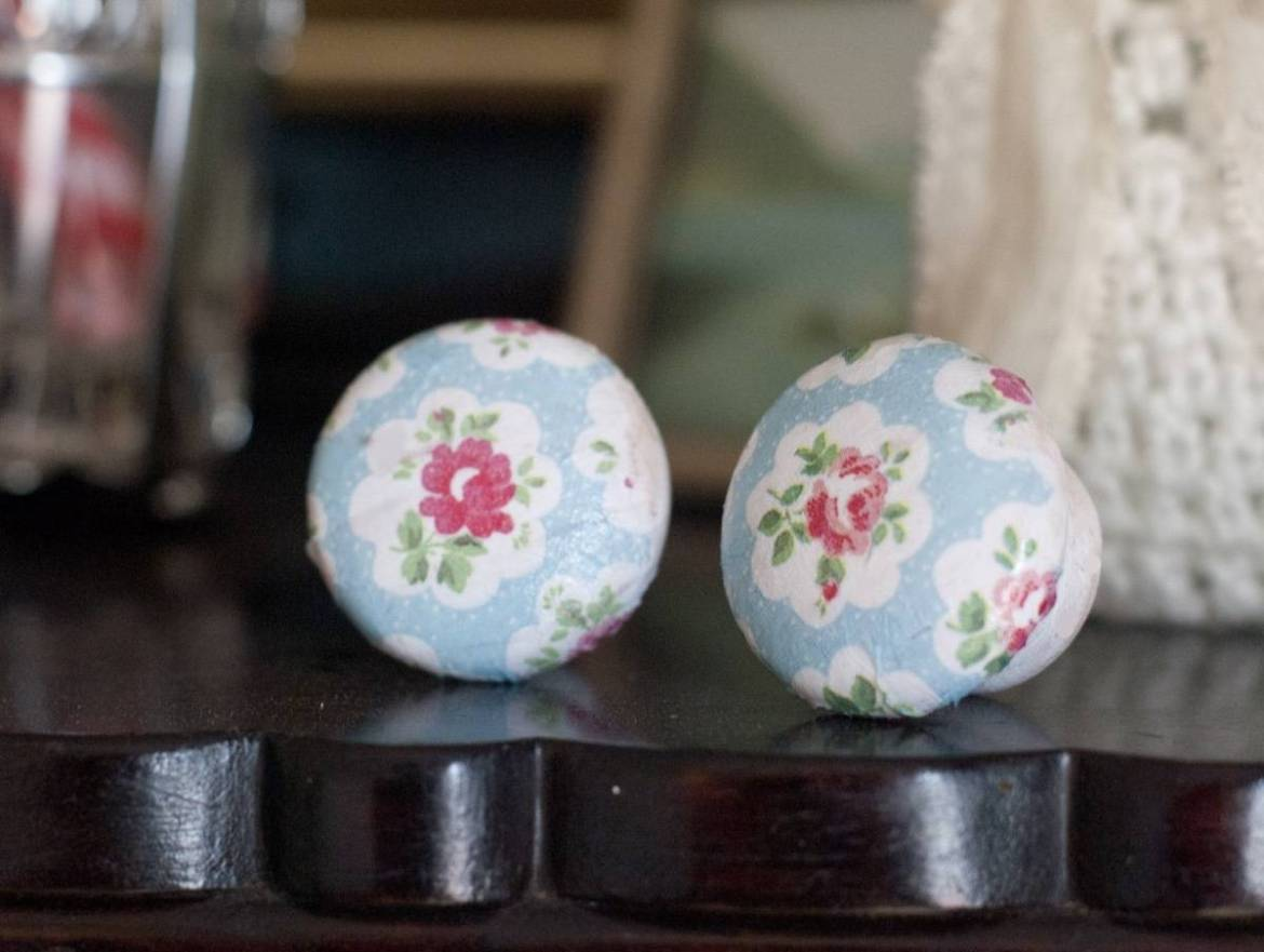 99 ways to use fabric to decorate your home   Decoupaged drawer pulls