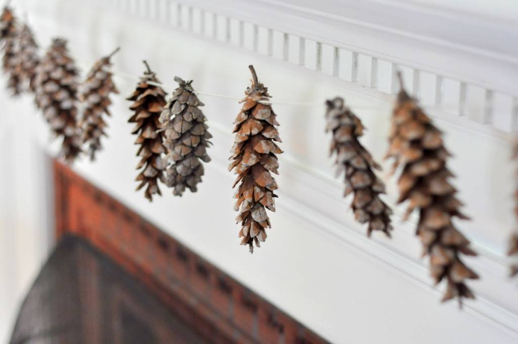 81 Stylish Christmas Decor Ideas You Can DIY | Pinecone garland
