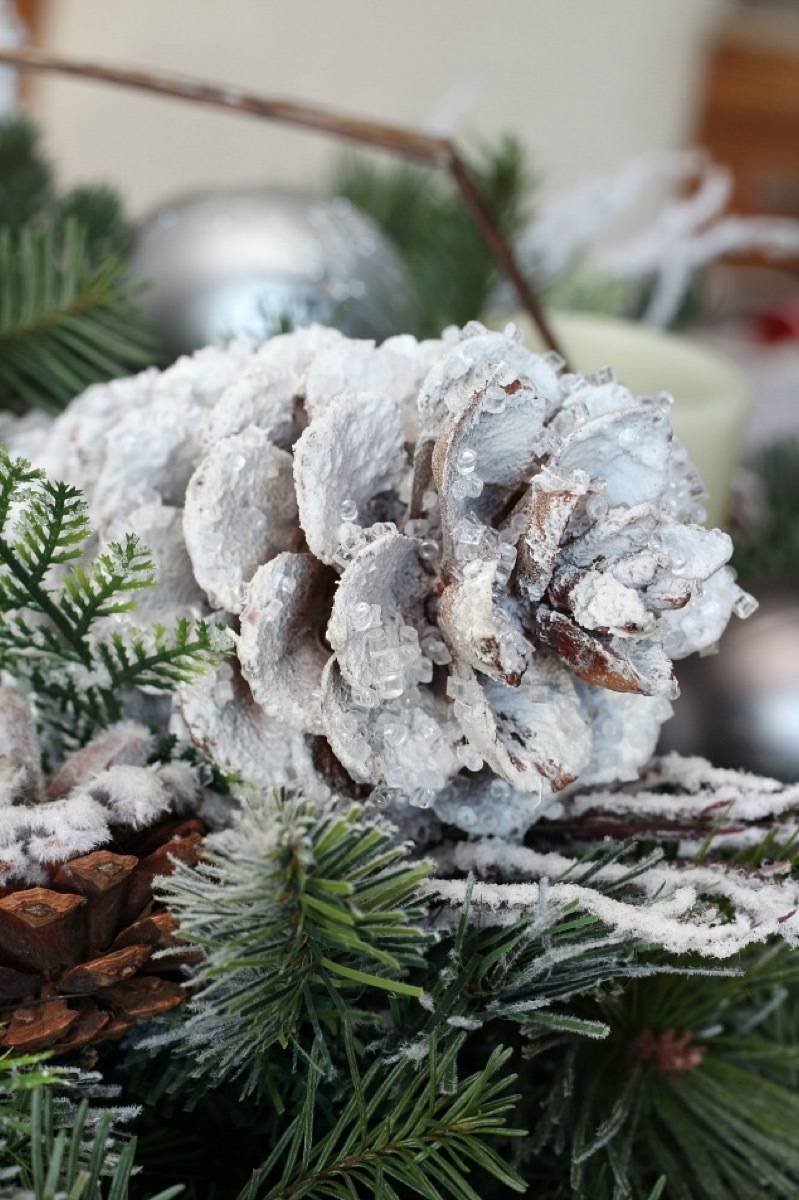 81 Stylish Christmas Decor Ideas You Can DIY | Icicle pinecones