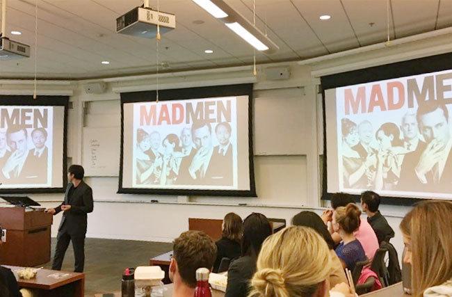私が所属するMSXプログラム104人のクラスメートの中で、広告バックグラウンドは私1人のみ。世界の舞台では日本人の広告業出身者は希少で、異業種からなるチームで大きな相乗効果が生まれうるかもしれません。(著者、広告についてプレゼン中)
