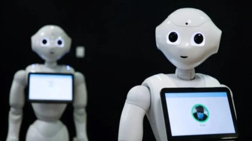La idea no es tener un robot de policía que vea si las personas usan mascarillas, sino proporcionar un recordatorio amistoso(Reuters/Archivo)