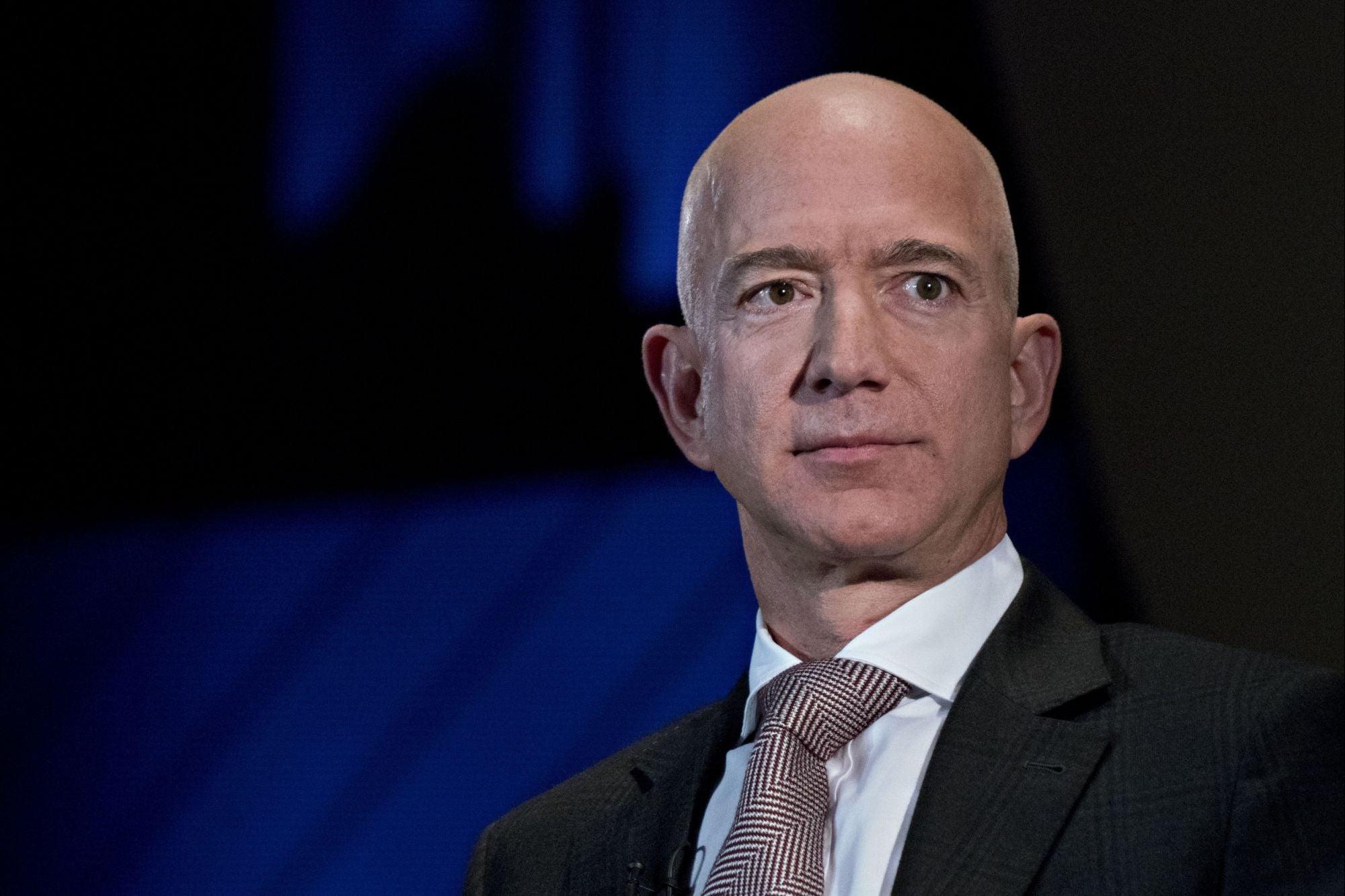 Ken Loach sobre el modelo Amazon: «Jeff Bezos tiene una riqueza inimaginable y la gente que trabaja para él son desesperadamente pobres»