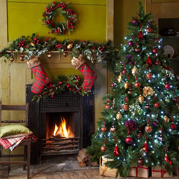Christmas decorations traditional uk for Traditional christmas decorating ideas