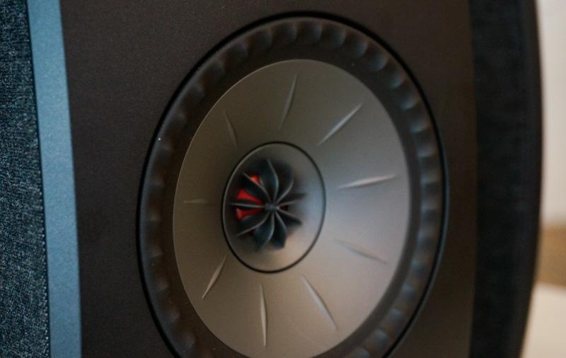 Les ingénieurs de KEF ont réussi à réduire le haut-parleur Uni-Q pour l'adapter à ce petit haut-parleur.