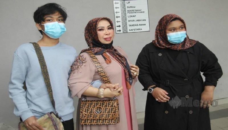 DATUK Seri Vida hadir di Mahkamah Tinggi Syariah Kota Bharu bersama dua anaknya, hari ini. FOTO Nik Abdullah Nik Omar.