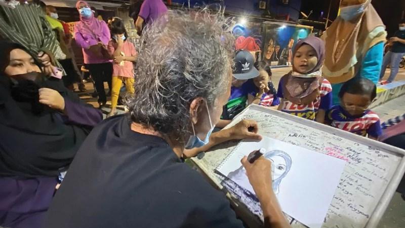 TURUT menjadi lokasi artis tempatan menawarkan khidmat melukis potret pengunjung.