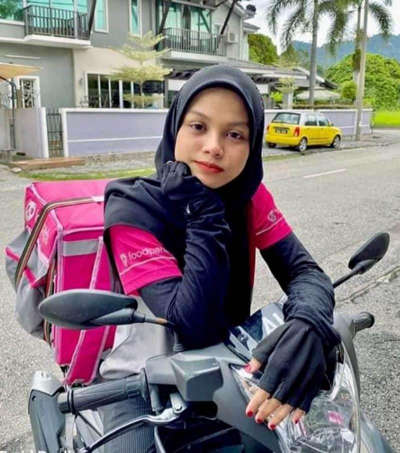 FARAH Nur Syifa ceburi penghantaran makanan kerana minat kerja menggunakan motosikal. FOTO Ihsan Farah Nur Syifa
