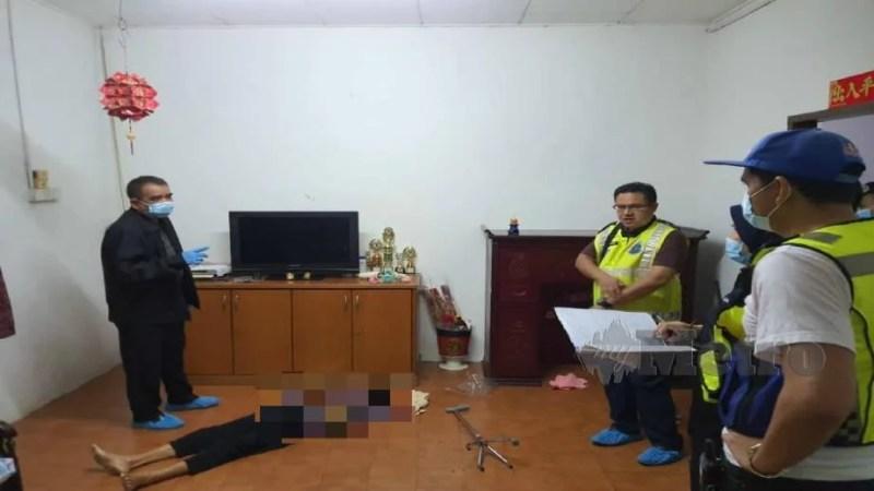 Noorzainy (kiri) bersama pegawai dan anggotanya memeriksa mayat wanita warga emas yang ditemui mati dibunuh di sebuah rumah dekat Lahar Kepar, Kepala Batas malam tadi. Foto Ihsan PDRM